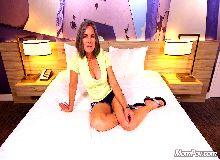 Na cama linda safada em porno gostosas fodendo demais