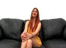 Ruiva linda no xxx videos ficando sem roupa para meter