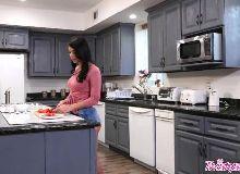 Safada novinhas peladas na cozinha de casa em sexo com o cara