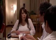 Varios caras comendo uma japonesa peituda demais no blogamador
