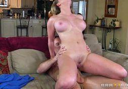 Jovem peladinha com vontade transa no vidio porno montada na rola