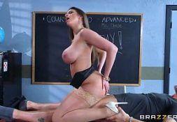 Linda peituda da buttman fode na escola com um aluno