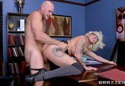 Loira coroa mulher gozando em sexo no escritorio