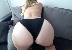 Branca novinhas caiu na net em um sexo top