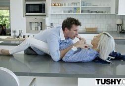 Mulher gosando em foda na cozinha
