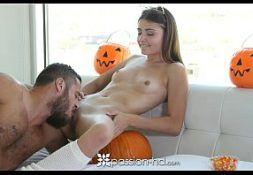 Porno 2017 barbudo comendo a jovem no dia do Halloween