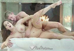 Porno landia cara da rola forte comendo mulher na frente da lareira
