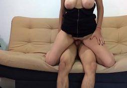 Porno amadoe mulher na sala de casa dando
